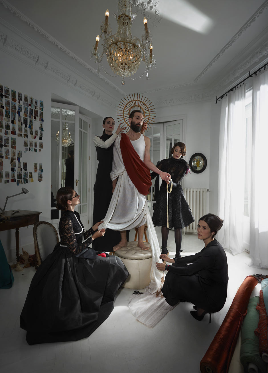 Vestir santos, 2014. Impresión con tintas pigmentadas en papel baritado perla 130 x 170 cms. montada sobre foam con moldura de madera.